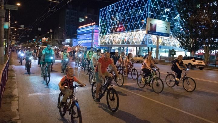 «Нам просто негде кататься»: тысяча велосипедистов проехала по ночному перекрытому Волгограду