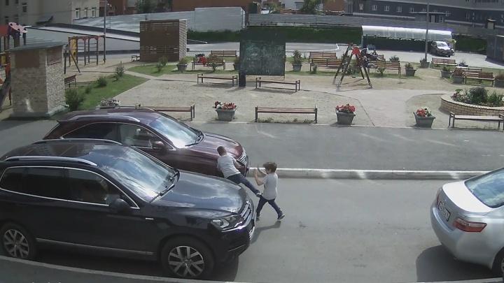 Камера сняла, как во дворе на Щорса женщина на Lexus сбила ребенка