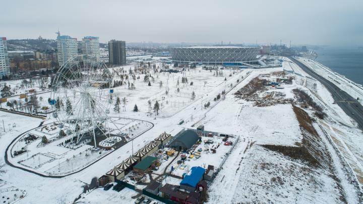 «Аттракционы могут сползти в Волгу»: в ЦПКиО Волгограда укрепленный склон оказался кучей мусора