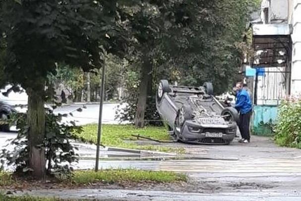 В центре Ярославля машина вылетела на тротуар и перевернулась