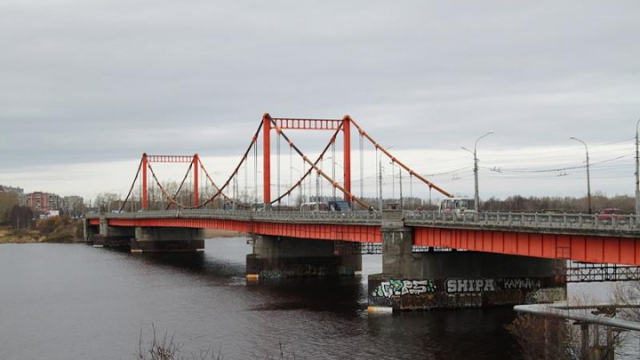 С Кузнечевского моста в Архангельске упала девушка