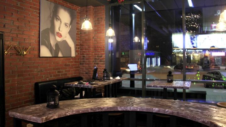 На площади Маркса открылся бар с 18-градусным пивом и ёлкой вместо люстры
