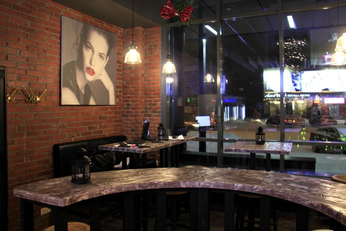 В зале висит большой потрет топ-модели Барбары Палвин, а у стойки бара стоит её именной стул. Если девушка заглянет в Новосибирск, ей обещают всегда найти место