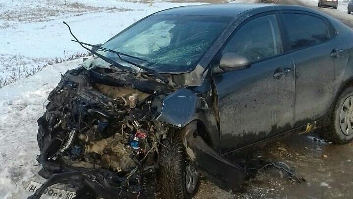 В Башкирии женщина за рулем легковушки врезалась в грузовик