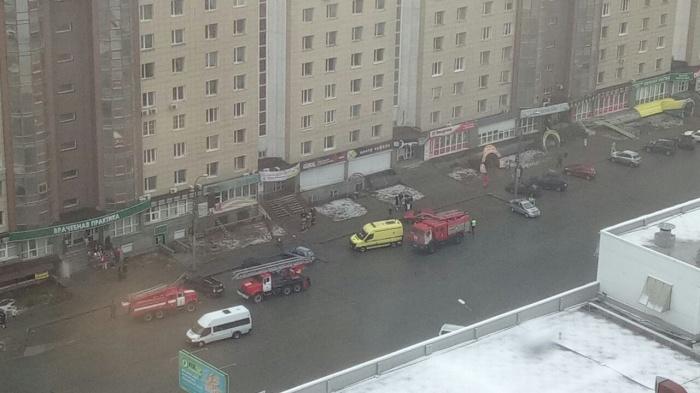 К зданию приехали экипажи пожарных и машина реанимации