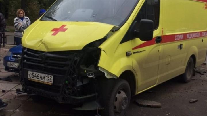 Такси влетело в скорую помощь в центре Нижнего Новгорода