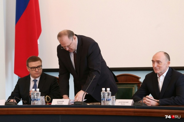 Нового руководителя Челябинской области полпред Николай Цуканов (в центре) представил чиновникам, прежнего губернатора поблагодарил за работу