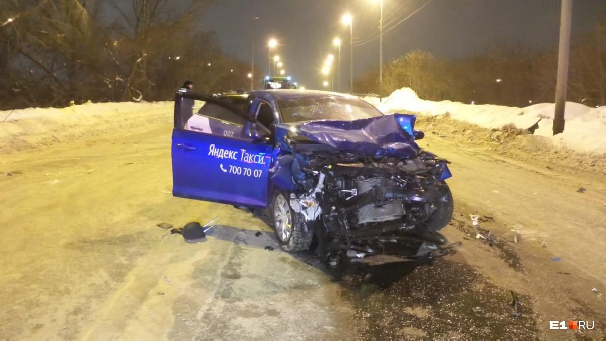 От удара Hyundai развернуло на дороге