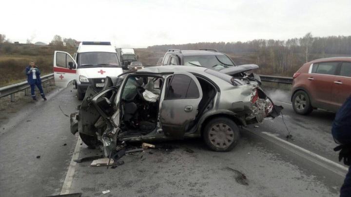 Грузовик и Land Cruiser сплющилиNissan на трассе М52 под Новосибирском —погиб человек
