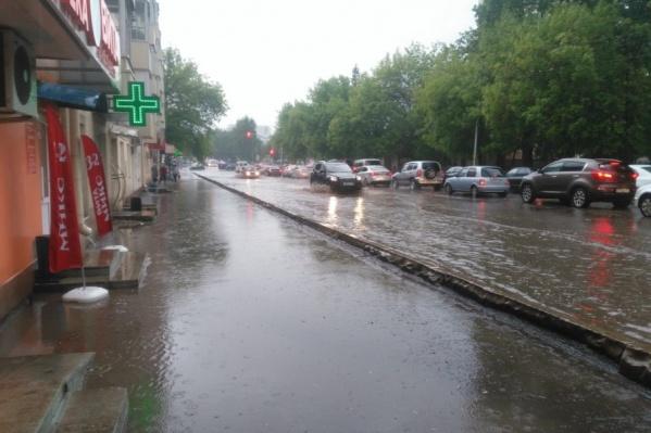 Дождь доставил горожанам неудобства