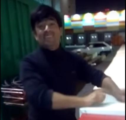 Дворник-таджик поет индийские песни и исполняет соло на мусорной урне возле «Планеты»