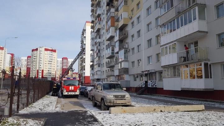 Из-за сильного задымления в многоэтажке на Артамонова пожарным пришлось эвакуировать жильцов