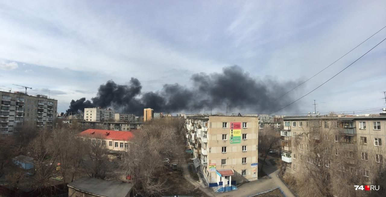 Вот так пожар выглядит из домов в районе ТК «Радуга»