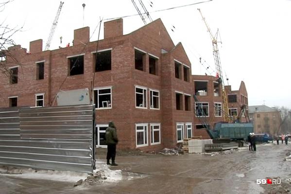 За квартиры в строящемся доме чиновница назначала доплату