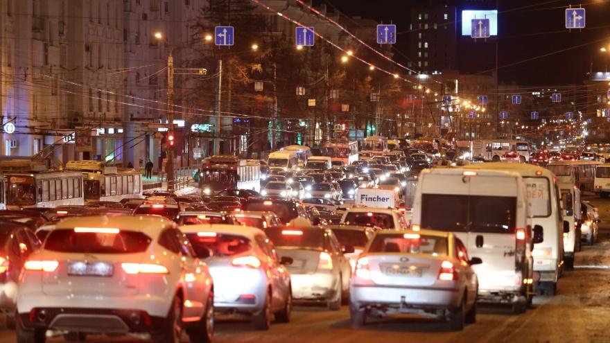 «Здравствуй, пробка, Новый год»: в пятничный час пик Челябинск сковали девятибалльные заторы
