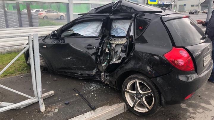 KIA Ceed влетел в ограждение на улице Федюнинского