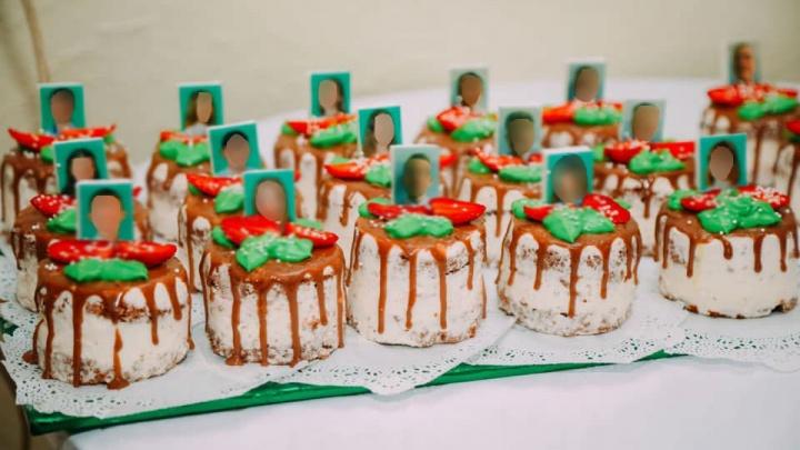 Похоже на могилки? В Нижней Салде сделали странные пирожные с лицами выпускников