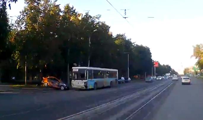 Машина из каршерингапопала в аварию с автобусом на Богдана Хмельницкого