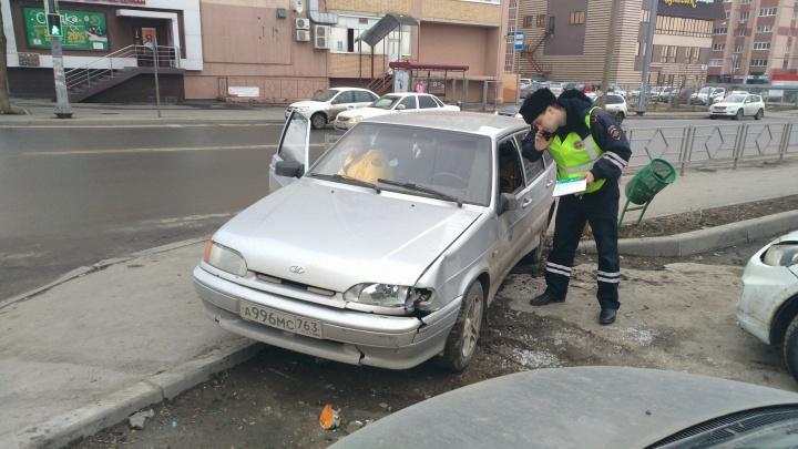 На Дыбенко — Карбышева водитель ВАЗ-2114 выехал на тротуар и сбил пятерых человек