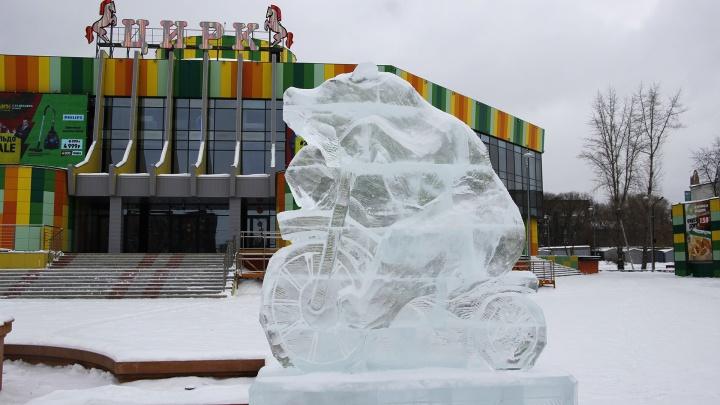 Мишки, акула и лабиринт: рассматриваем ледяные скульптуры, которые появились на улицах Омска