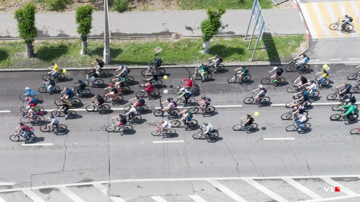 Около двух тысяч велосипедистов проехали парадом по Волгограду: фото с земли и с воздуха