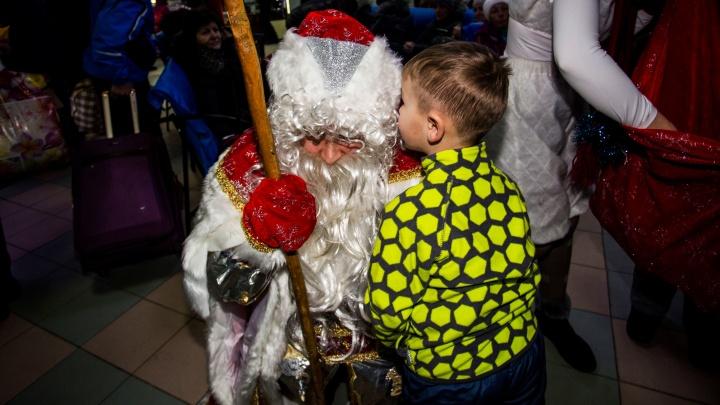 Бухгалтер и программист автовокзала переоделись в новогодние костюмы и поздравили детей