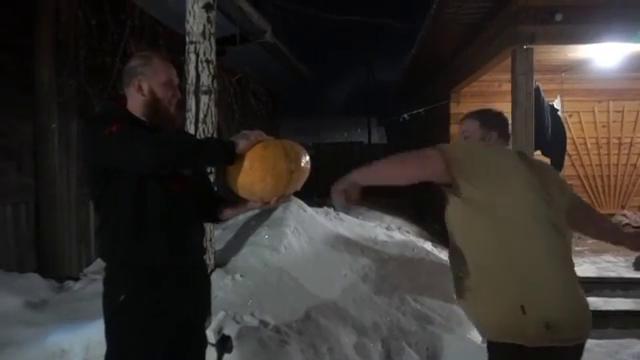 Силач Вася Пельмень ударом руки разбил вдребезги большую тыкву