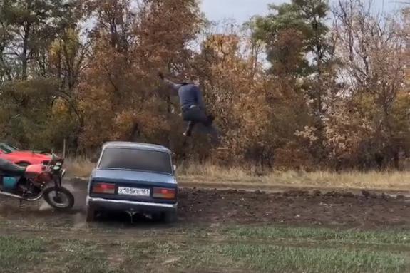 Во время трюка каскадер на мотоцикле врезался в автомобиль «Жигули»