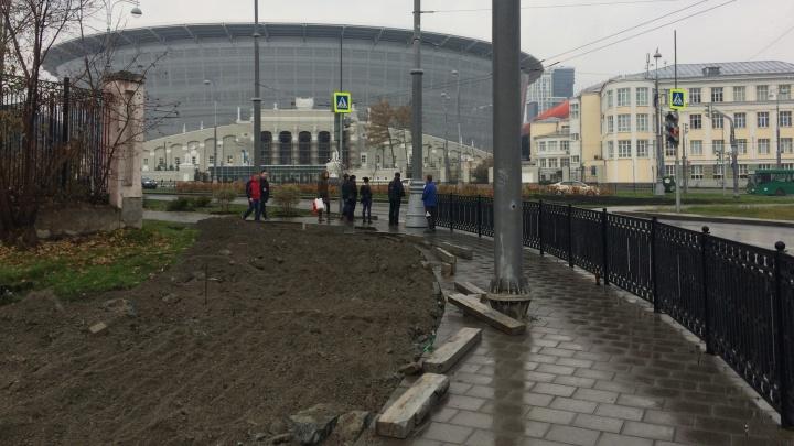У Центрального стадиона расширили тротуар, чтобы не убирать стоящий посреди дорожки столб