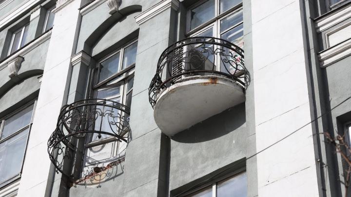 В Ростове на тротуар Большой Садовой рухнул кусок балкона