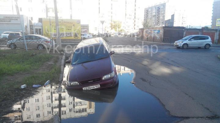 «Решил по воде прокатиться»: заехавшая в дорожную лужу «Тойота» утонула в яме