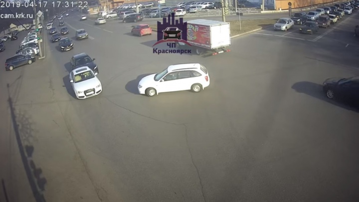 «Медвежья услуга»: Mazda на перекрестке создала ДТП и уехала