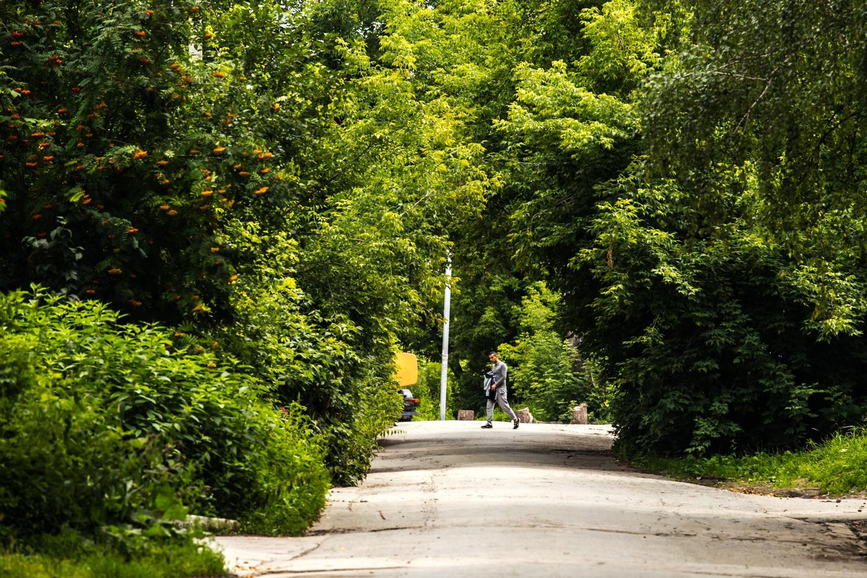 Тихая пока дорога скоро заполнится машинами, которые едут из этой части Октябрьского района в центр