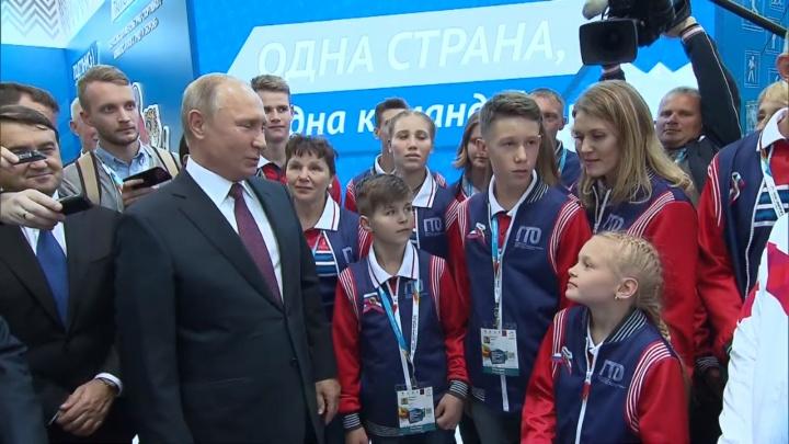 Президент Путин поцеловал юную гимнастку из Уфы и пообещал помочь со спортивными снарядами