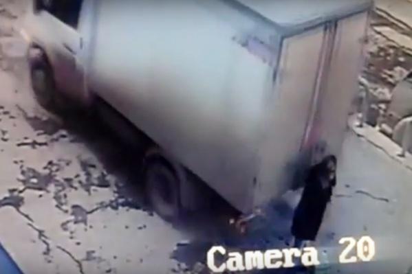 Поправлявшая одежду женщина не заметила грузовик