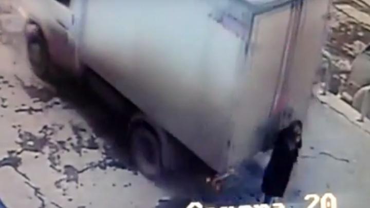 Ехавшая задним ходом «ГАЗель» сбила женщинувозле торгового центра