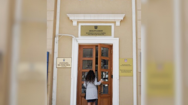 «Брала деньгами и вином»: ростовскую чиновницу из областного департамента подозревают во взятке