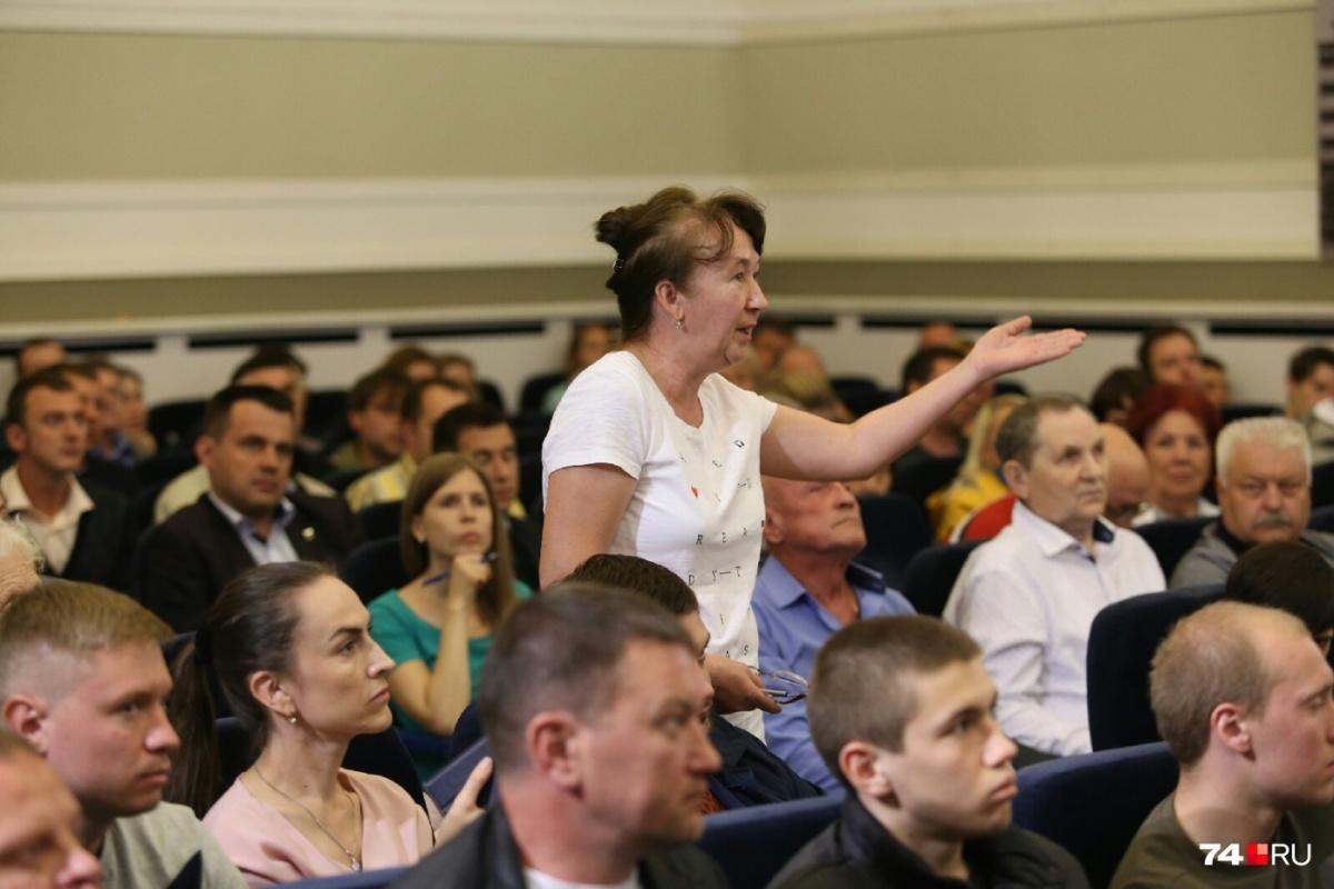 Тех, кто выступал против расширения улицы Дарвина, попросили ограничиться вопросами, а не рассуждениями
