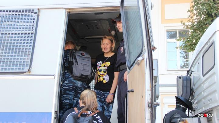 На параде спецслужб детей посадили в полицейский грузовик, а на пожарной машине устроили танцы