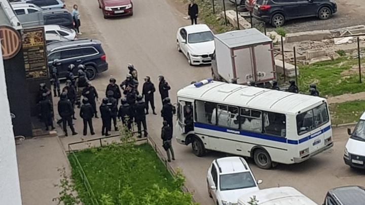 Облава на паб: силовики в масках задержали несколько человек на Губанова