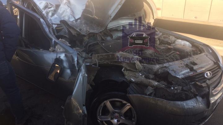 «Приора» врезалась в пассажирский автобус на Опере и стала грудой металла