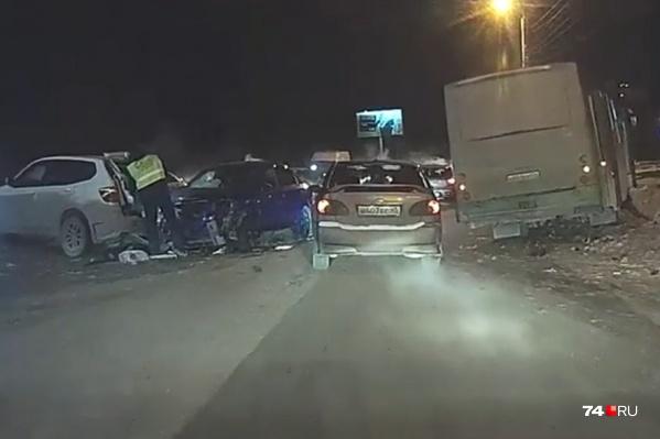 От удара BMW столкнулся с двумя другими машинами, а автобус вылетел на обочину