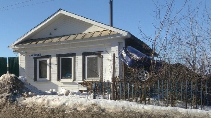 В Нижних Сергах пьяная девушка сделала сальто на ВАЗ-2115 и приземлилась в огород