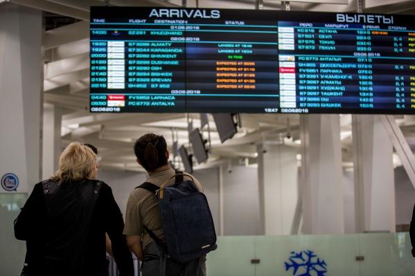 По словам пассажиров, задержка вызвана повреждением колеса у самолёта