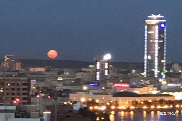 Луна становится красной, когда находится близко к горизонту