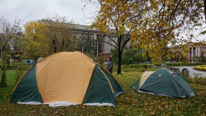 «Будем жить здесь»: обманутые дольщики разбили палаточный городок напротив здания правительства