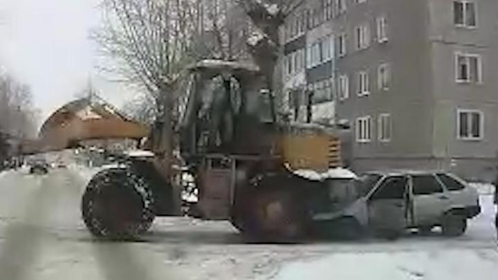 Трактор раздавил легковушку в Стерлитамаке, момент попал на видео