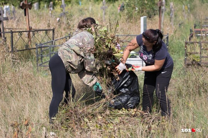 Женщины хотят засыпать щебнем территорию, чтобы здесь не росла трава