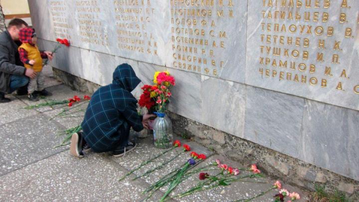 «9 мая пришли, а памятника нет»: у железнодорожного вокзала снесли мемориал погибшим рабочим