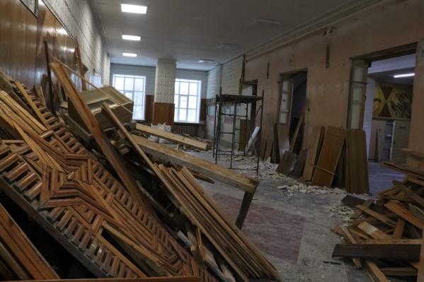 В центре «Патриот» ремонтируют вестибюль, старые конструкции разобрали, в процессе установка новых